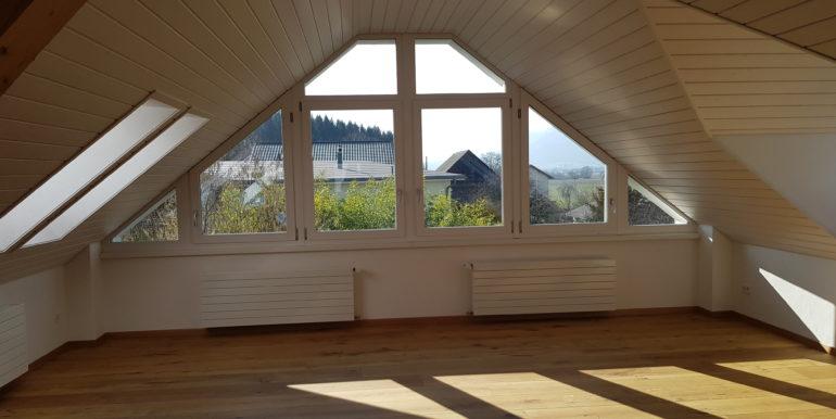 Miete: einzigartige Dachwohnung in kleinem Mehrfamilienhaus